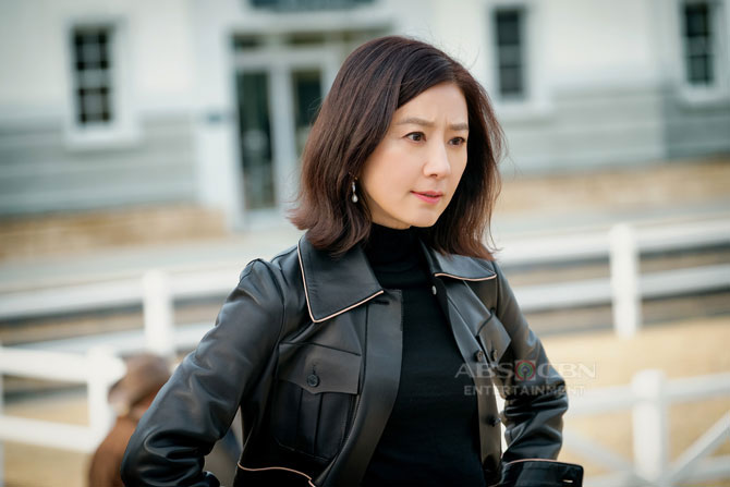 The World Of A Married Couple lead star Kim Hee ae s multi award winning 37 year career 1